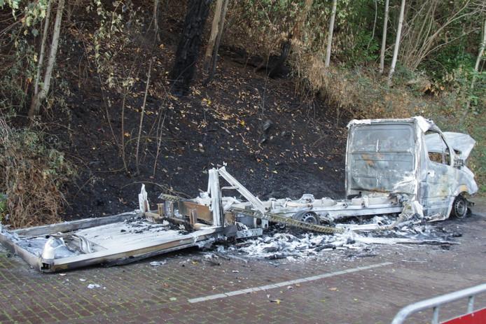 De uitgebrande vrachtwagen in Ubbergen.