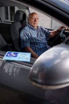 Chauffeur (93) kan vernedering niet verkroppen: Gemeente bleef hem parkeerkaart weigeren