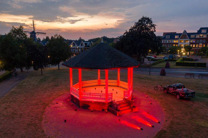 Een rode muziektent in Ermelo, als onderdeel van een gezamenlijke actie van de evenementenbranche.