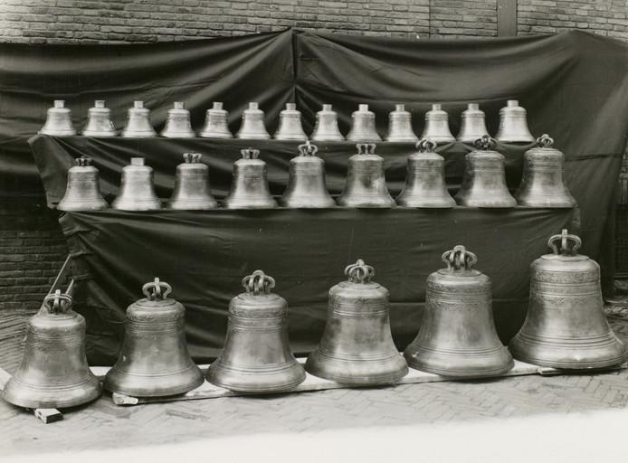 Klokken van het carillon op het stadhuis, datum onbekend