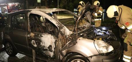 Twee autobranden in Overvecht: getuigen zagen groep jongens wegrennen na knallen