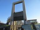 Hefdeur boven de sluis in de Roode Vaart in Moerdijk