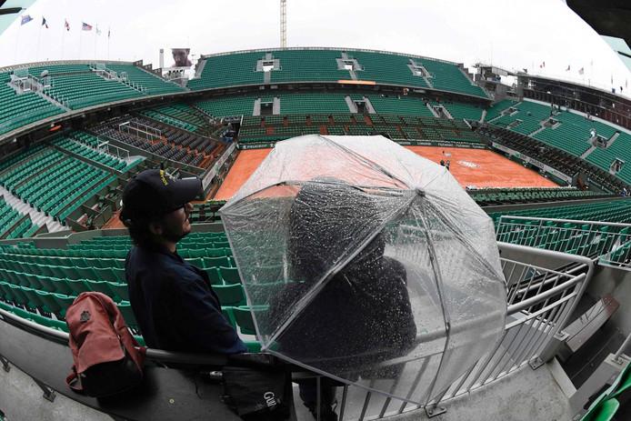 Een beeld dat in de kwartfinales van Roland Garros niet meer te zien zal zijn: paraplu's.