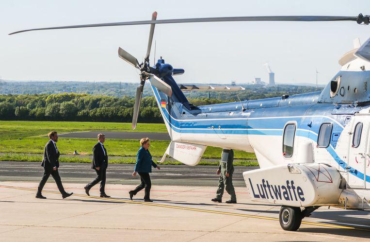 Angela Merkel op de luchthaven van Dortmund. De bondskanselier moest na een ongelukje met de helikopter naar huis.