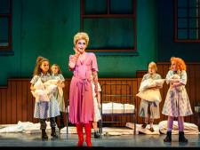 Kleine Annie speelt volwassen cast van het podium af
