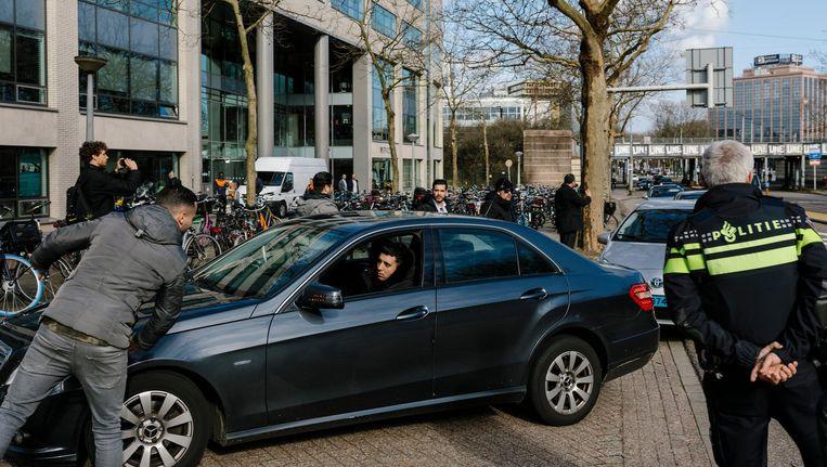 Uber chauffeurs demonstreren bij het Uber kantoor in Amsterdam. Beeld Marc Driessen