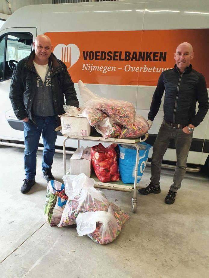 De Batsers brengen snoep naar de voedselbank, met links Roy Teunissen en rechts Edwin Roelofs