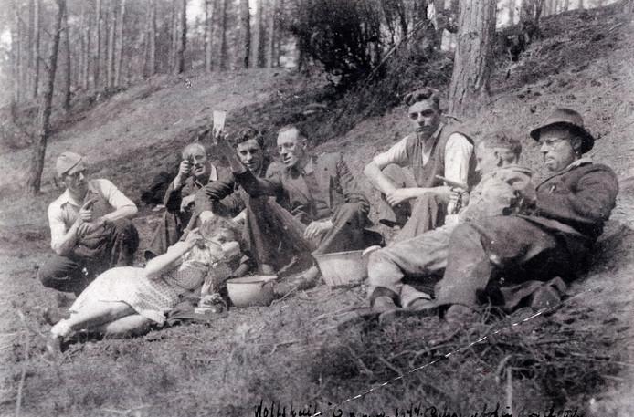 Gewapende verzetsgroep in de Wolfskuil bij Ommen, mei 1944. Links gehurkt zit Albert Jan van den Poll, zo weet zijn dochter Anna zeker.