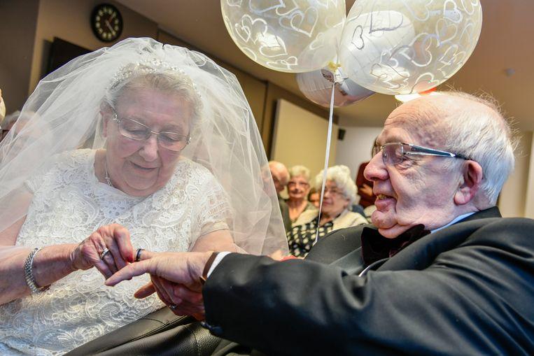 Jeannine schuift de trouwring over de vinger van Eric.