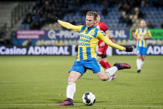 Pieter Langedijk (RKC Waalwijk) legt aan voor de 1-1 tegen De Graafschap.