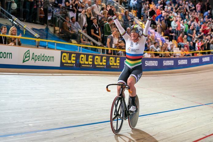 Kirsten Wild win goud op het omnium tijdens het EK baanwielrennen in Apeldoorn.