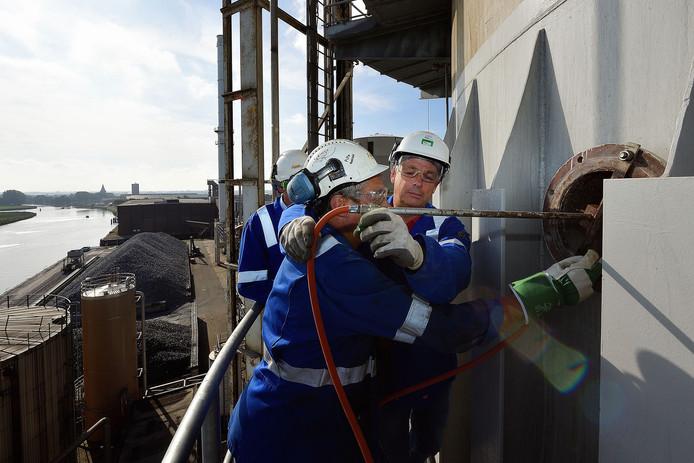 Jan Paauwe was vrijdag aan de beurt om de 65 meter hoge kalkoventoren te ontsteken.