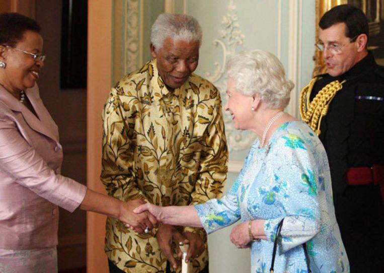 Nelson Mandela en zijn vrouw worden begroet door de Britse koningin Elizabeth. Foto AP/Dominic Lipinski Beeld