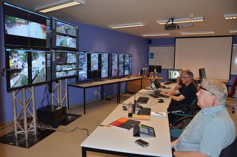 Vanuit het commandocentrum in het politiekantoor houdt een team via camerabeelden de situatie op de Fonnefeesten (schermen links), Lokerse Feesten (midden) en kermiszone (rechts) nauwgezet in de gaten.