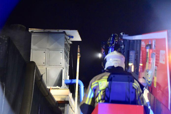 De stalen constructie bovenop de betonnen silo baarde de brandweer zorgen, bij de brand in het trappenbedrijf Verschaeve in Lauwe.