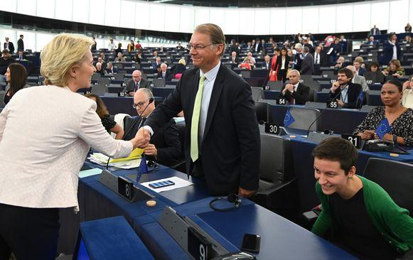 """Belg Philippe Lamberts, covoorzitter van de groene fractie, met Europees Commissievoorzitster Ursula von der Leyen (archiefbeeld). Hij vindt de verklaringen van Borrell """"onwaardig"""" voor een vertegenwoordiger van de EU."""