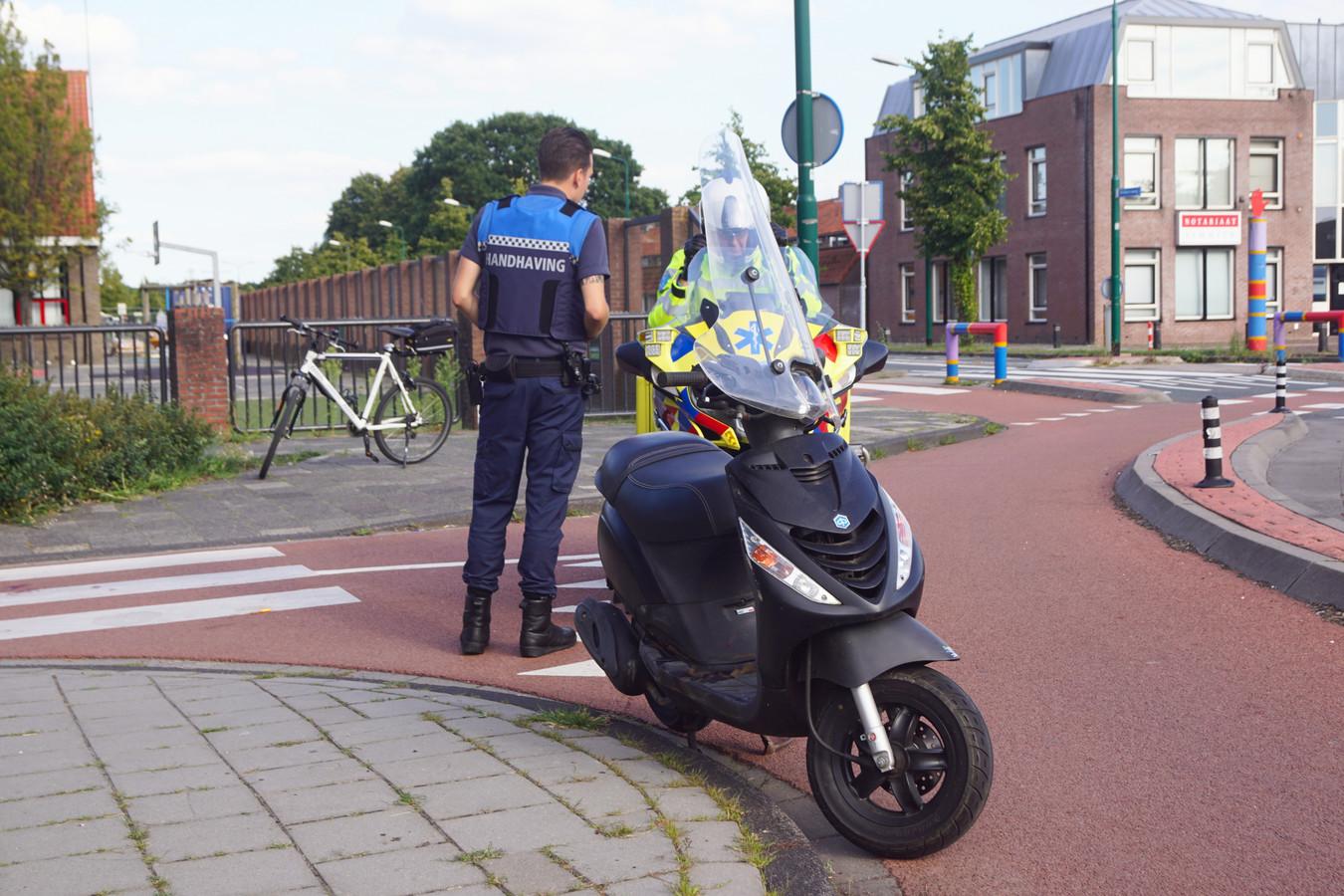De bestuurder liet de scooter achter en is te voet vertrokken.