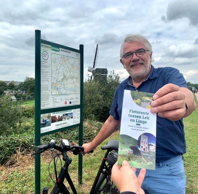 Wethouder Cees Taal (toerisme) kreeg de nieuwe fietsroute als eerste overhandigd.