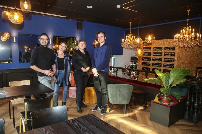 De initiatiefnemers in het restaurant van Villa Anamma.