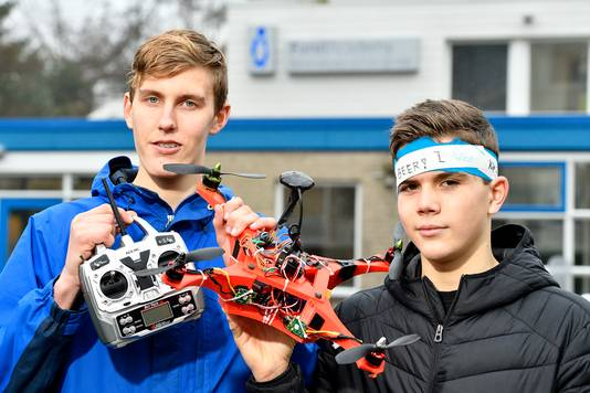 Sieuwe Elferink (l) en Jona Visser laten trots hun drone zien.