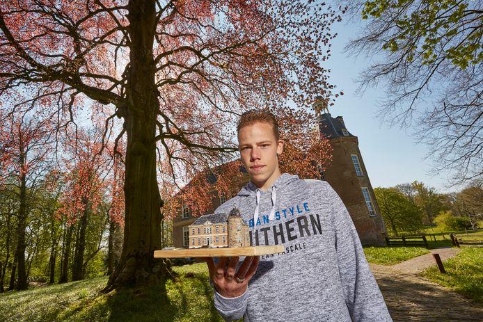 Damian Piekaar showt zijn nieuwste bouwsel: een schaalmodel van kasteel Hackfort. ,,Het is een mooi en bekend Vordens gebouw, waarvan volgens mij nog geen schaalmodel bestaat.''