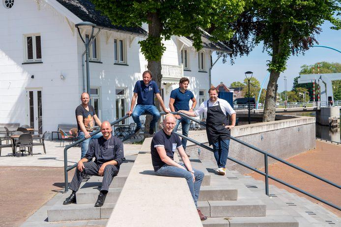 Bennie Buitenhuis (links op de voorgrond), Moes Hartman Kok (zittend op de reling) en andere horeca-ondernemers in het dorp Dalfsen staan te trappelen om weer te beginnen.