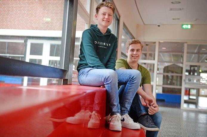 Luc Zwiep (links) en Wout Rorink op een bankje in de hal van het Twents Carmel College in Oldenzaal. Maar ze namen ook al plaats in de collegezalen van de Universiteit Twente. En niet voor niets.