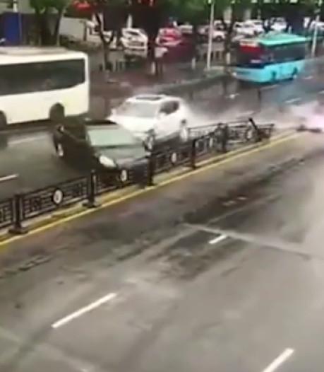 Vrouw crasht met kostbare Ferrari die ze zojuist heeft gehuurd