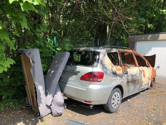 Het uitgebrande autowrak nodigt uit tot sluikstorten en dus grijpt de gemeente nu toch in.