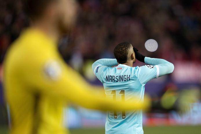 2015-2016: Luciano Narsingh slaat de handen voor het gezicht na zijn penalty op de lat. PSV verliest de strafschoppenserie van Atlético Madrid.