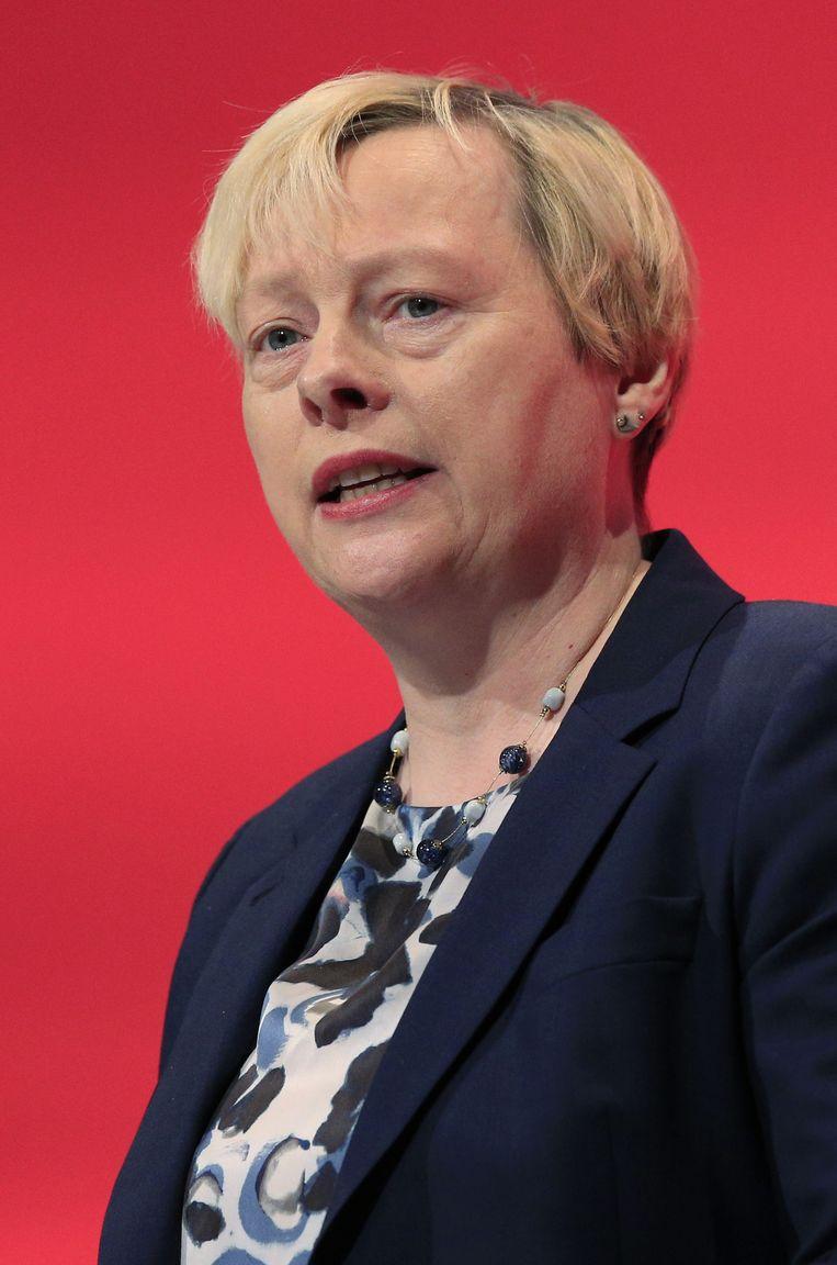 Door een ruit van het kantoor van het lesbische Kamerlid Angela Eagle ging een steen. Zij had Corbyn als eerste uitgedaagd om het partijleiderschap. 'Angie de Pot', werd ze genoemd tijdens bijeenkomsten. Beeld null
