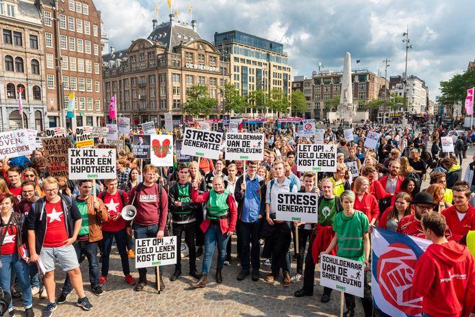 Studentenprotest op de Dam in 2014, tegen het plan van toenmalig minister Van Engelshoven om studenten meer rente te laten betalen op studieleningen.