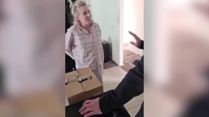 Partner filmt arrestatie zwangere Australische in pyjama voor ogen van haar kindjes na antilockdownpost