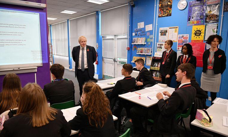 Britse kiezers mogen stemmen vanaf 18 jaar en dus laat Johnson zich zien tijdens een les aan de George Spencer Academy in Stapleford.