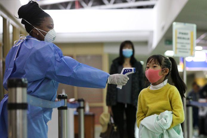 Een passagiertje uit China wordt gescand bij aankomst op het vliegveld van Nairobi, Kenia.
