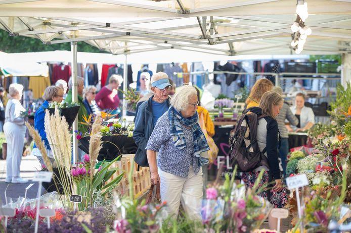 Het mooie weer lokte veel marktbezoekers naar de 'non-food', die na maanden weer terug zijn op het marktplein in Wageningen.