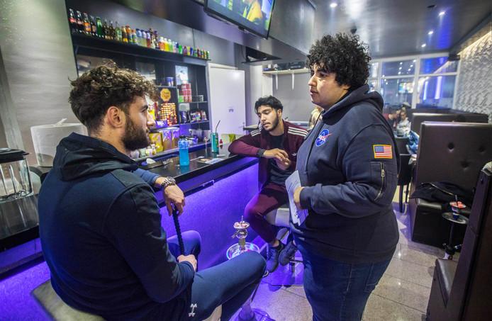 Mert Kumru (m.) spreekt in de Oriënt Lounge met jongeren over hun visie op mensenrechten in Nederland.