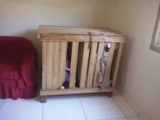 Ouders sluiten 3-jarige tweeling op in houten kist om te kunnen werken
