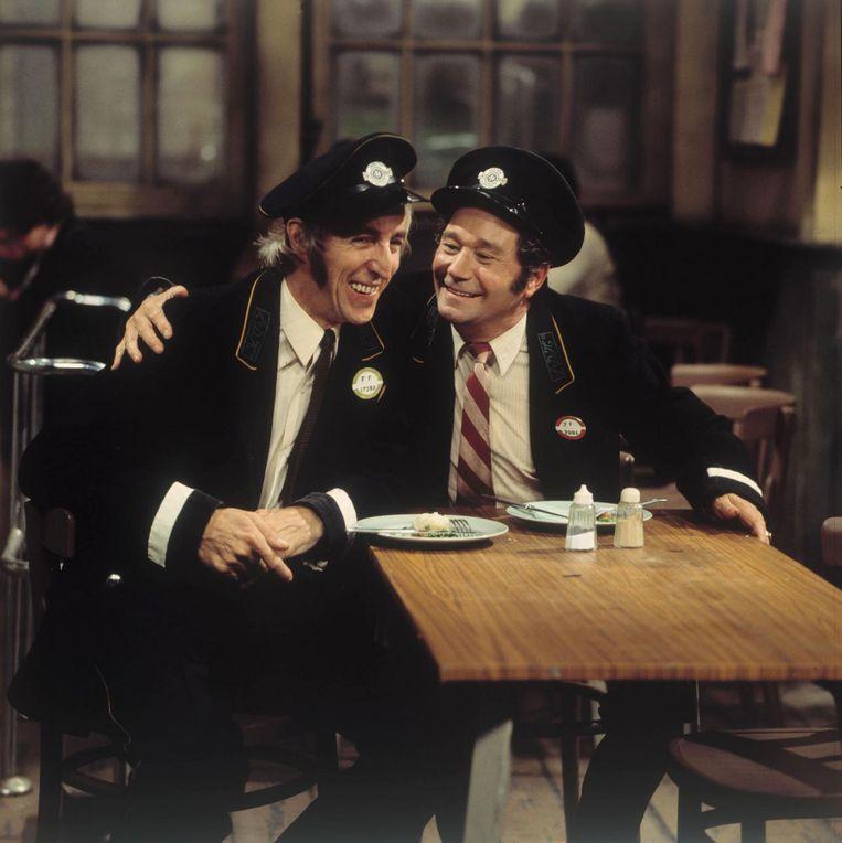 De Britse acteur Reg Varney (rechts) was de eerste persoon ooit die een geldautomaat heeft gebruikt. Beeld anp
