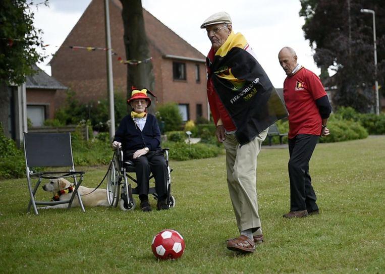 Onder het goedkeurend oog van enkele andere rusthuisbewoners, trapt de 94-jarige Giel Langen een balletje.