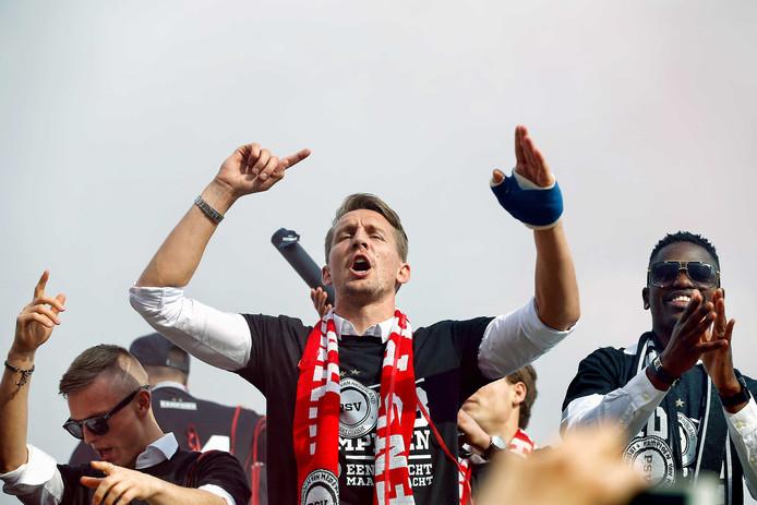 PSV-aanvaller Luuk de Jong (C) , PSV verdediger Nicolas Isimat-Mirin (R) en PSV middenvelder Albert Gudmundsson (L) .