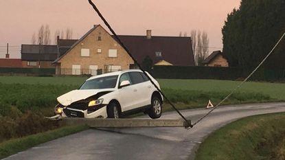 Auto slipt en rijdt elektriciteitspaal omver