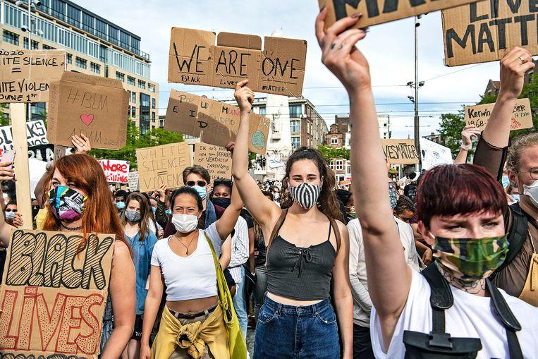 Demonstranten tijdens het protest op de Dam. Beeld Guus Dubbelman / de Volkskrant