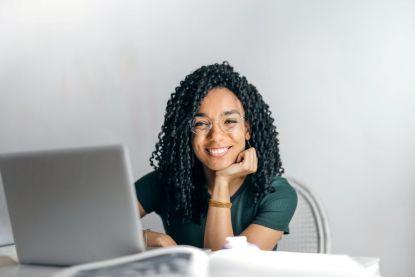 Een goed cv, een LinkedIn-profiel én bijkomende opleidingen volgen: zo pak je als pas afgestudeerde je zoektocht naar een job aan