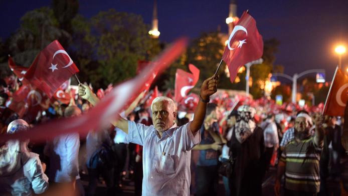 Burgers demonstreren tegen de coup in Istanbul.