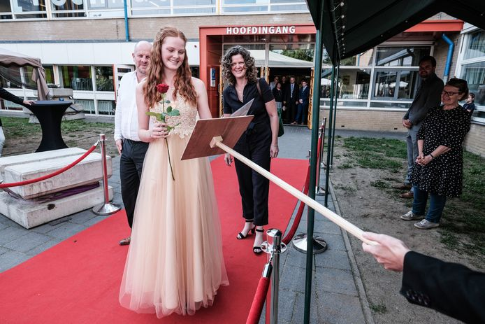 Loes Hendriksen uit Zelhem krijgt haar diploma op anderhalve meter.