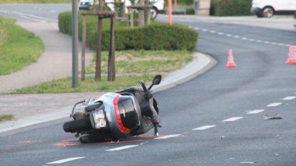 Scooter knalt tegen boompje, bestuurder (42) zwaargewond