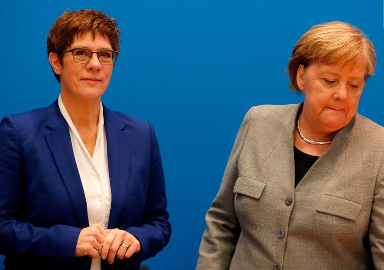 Annegret Kramp-Karrenbauer en Angela Merkel nadat AKK heeft aangekondigd een stap terug te zetten.