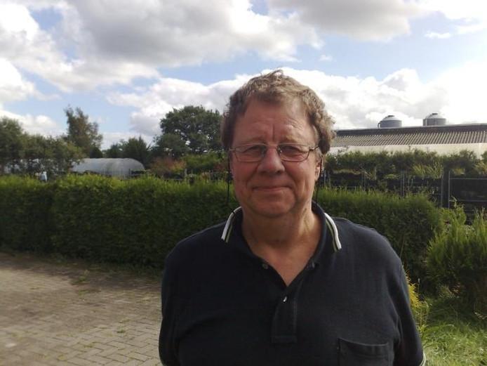 """Lammert Bruining met op de achtergrond de schuren waar hij de kippen hield. """"Mij is een groot onrecht aangedaan"""". foto Roel Kleine"""
