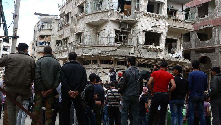 Inwoners van Douma roepen anti-regeringsslogans tijdens een demonstratie.